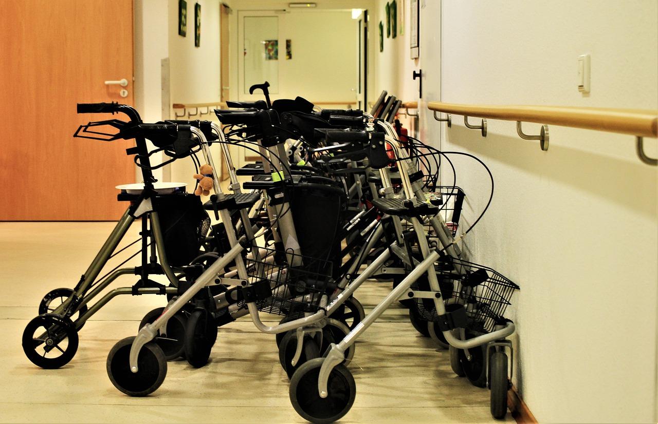 Sillas de ruedas en el pasillo de una residencia