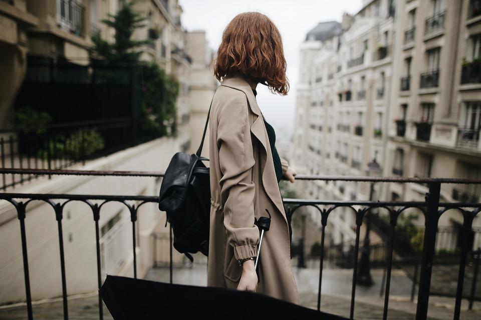 Imagen de una mujer observando la calle de una ciudad