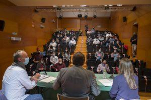 Imagen de la sala donde tuvo lugar la mesa de la juventud