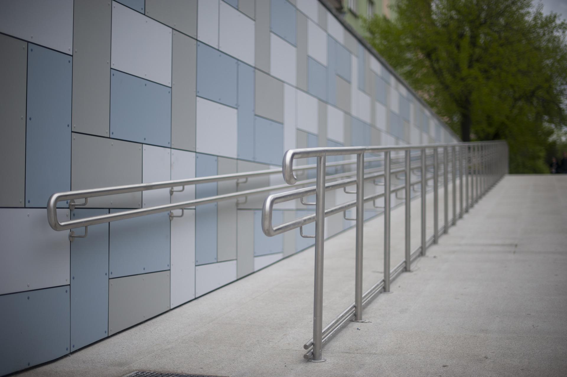 Fotografía de una rampa para el acceso de sillas de ruedas