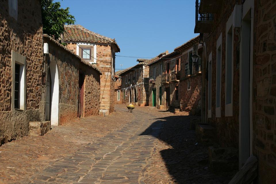 Fotografía de una calle de un pueblo