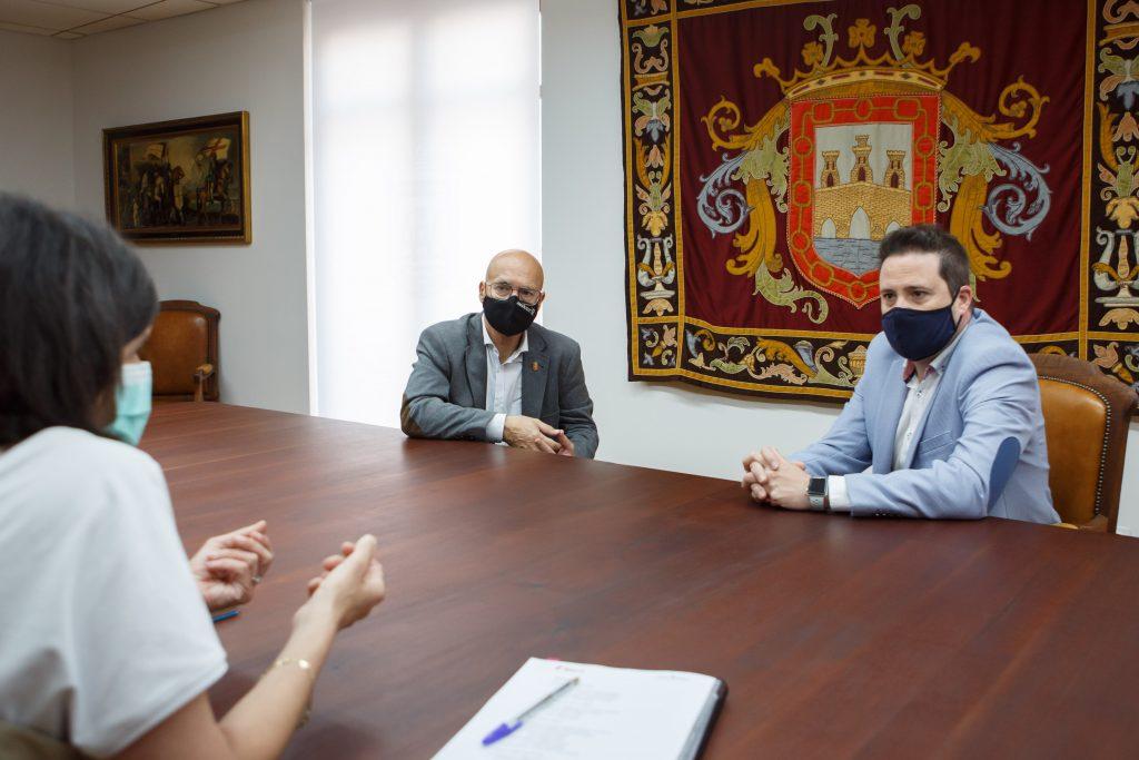 El consejero Bernardo Ciriza, el alcalde de Tudela, Alejandro Toquero y la directora general de Transportes, Berta Miranda, en un momento del encuentro