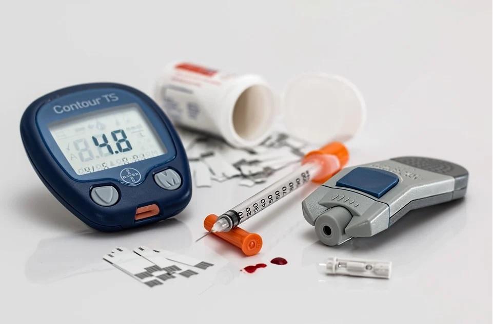 Imagen de distintos aparatos para medir la glucosa en sangre