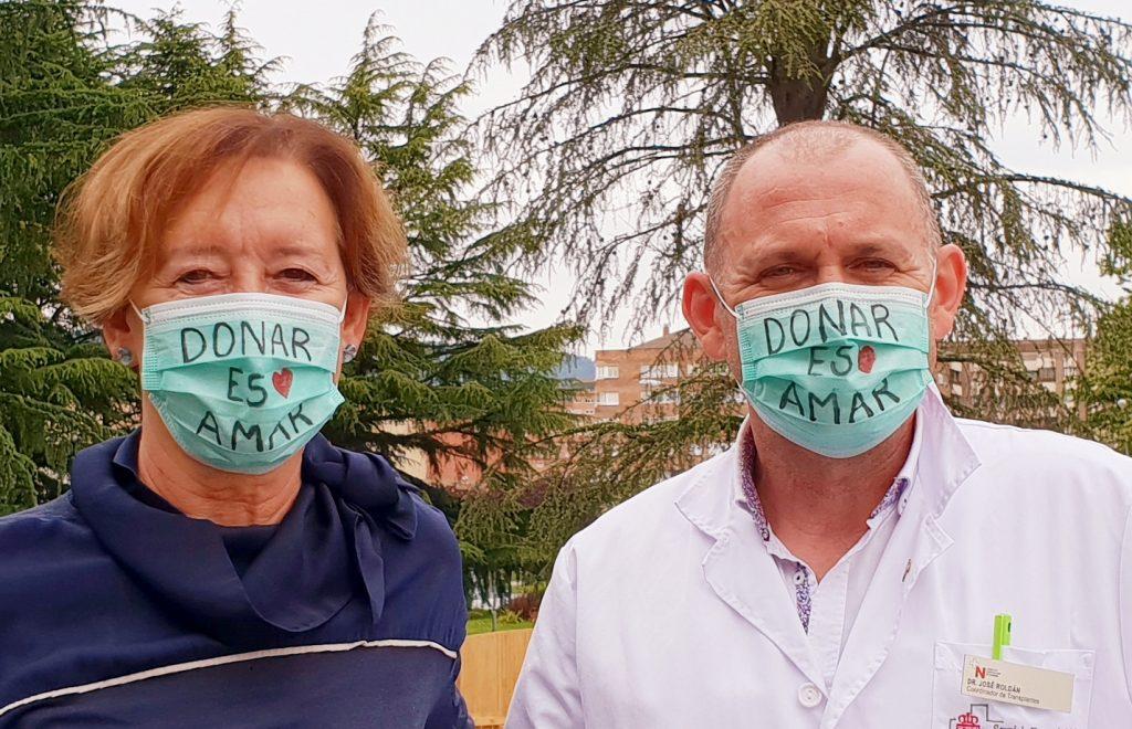 Natividad Iribarren Ballent, hermana de uno de los primeros donantes de órganos de España en el año 1986, y el doctor José Roldán Ramírez, coordinador autonómico de Trasplantes de Navarra