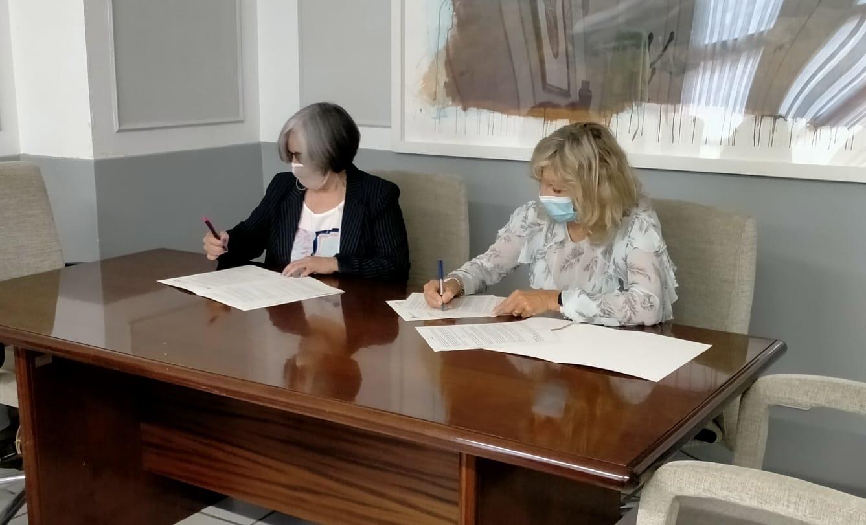 Fotografía del momento de la firma del convenio. De izquierda a derecha: Mariluz Sanz y María Caballero