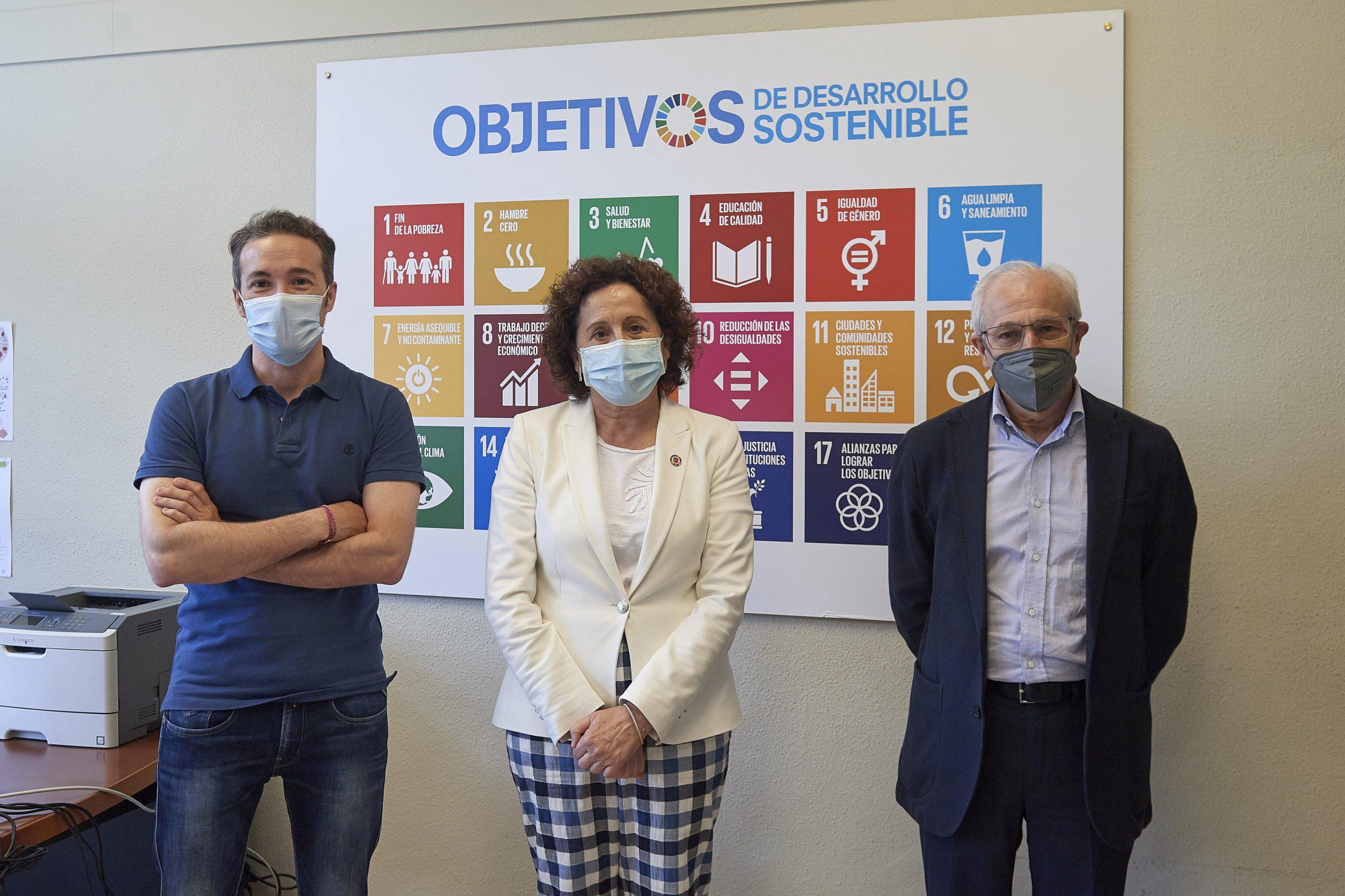 De izquierda a derecha: el director general del Observatorio de la realidad social, Luis Campos; la consejera Carmen Maeztu; y el vicepresidente de la Fundación Tomás y Lydia Recari, Miguel Echarri