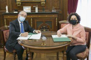 El alcalde Maya y la consejera Maeztu, en la firma del convenio