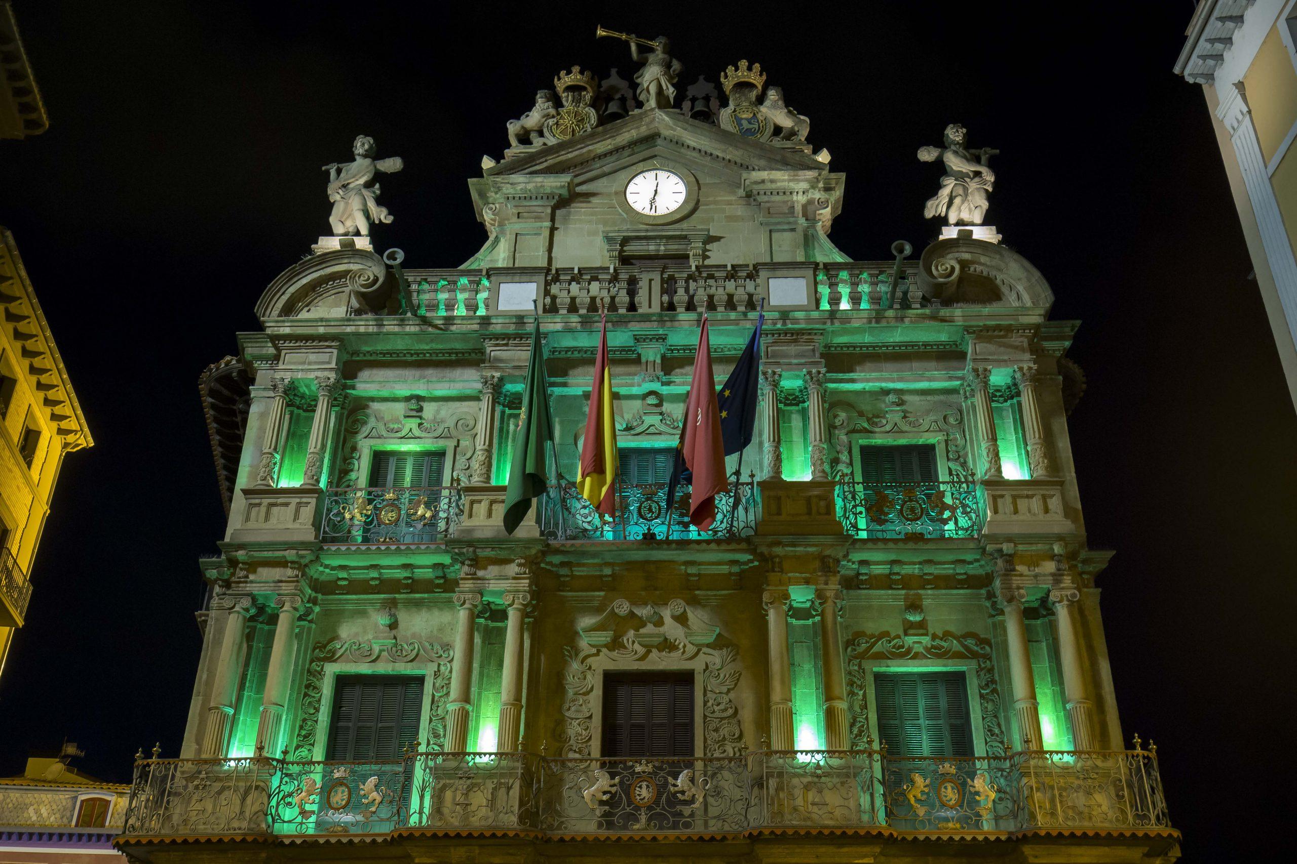Imagen de la fachada del Ayto. de Pamplona iluminada en verde