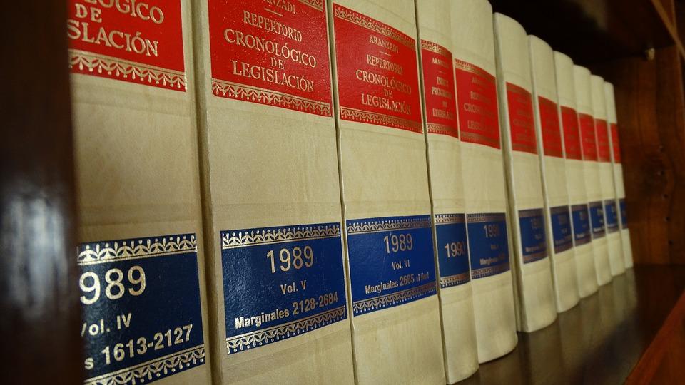 Imagen de libros de legislación en una estantería