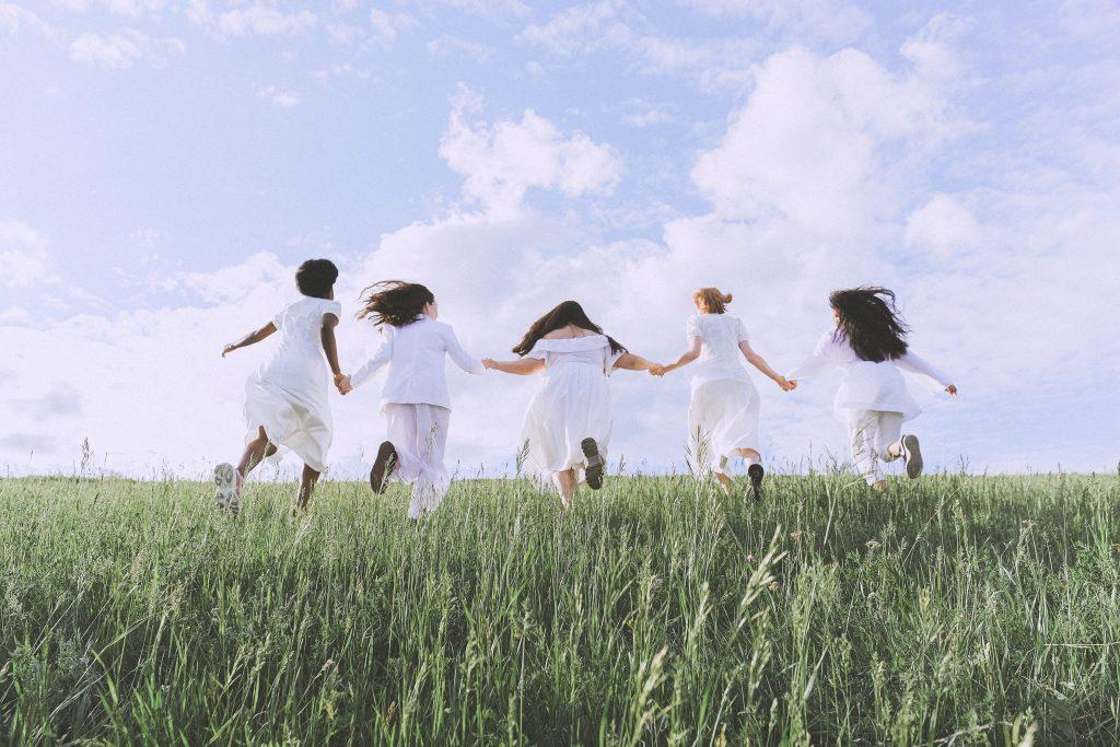Imagen de un grupo de niñas atravesando un campo