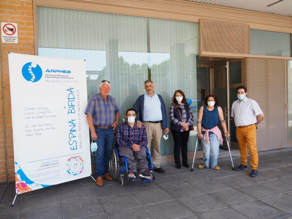 Personas socias de la asociación ANPHEB delante de la nueva sede