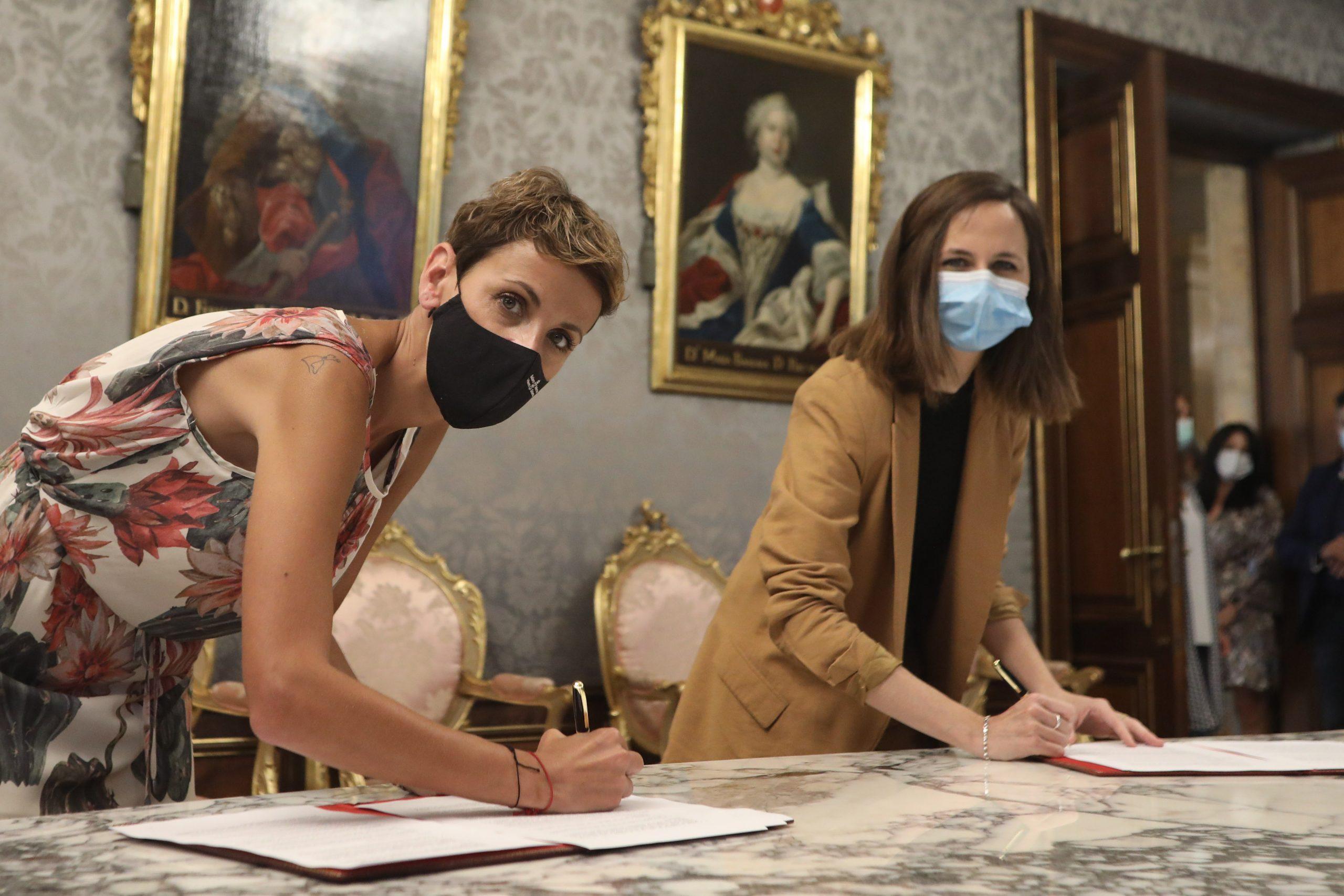 Imagen del momento de la firma la transferencia de fondos a Navarra en la que aparecen Ione Belarra, Ministra de Derechos Sociales y Agenda 2030, y María Chivite, Presidenta del Gobierno de Navarra