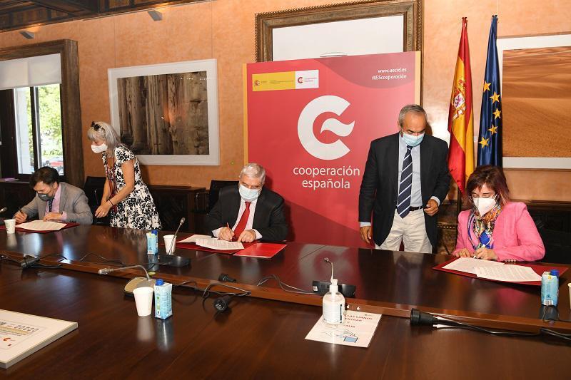 Imagen de los representantes de grupo social ONCE, AECID y CERMI en la firma del convenio