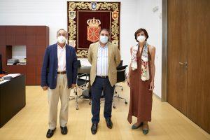 Fotografía de las tres personas participantes en el encuentro. De izquierda a derecha, Ignacio Recondo, Unai Hualde y Margarita Aguinaga.