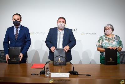 Representantes de CERMIN, UPNA y Parlamento de Navarra durante la firma del Convenio
