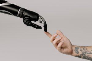Unión del dedo índice de una mano humana y otra biónica