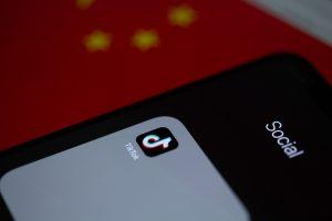 Imagen del icono de la aplicación Tik Tok en una pantalla de un teléfono móvil