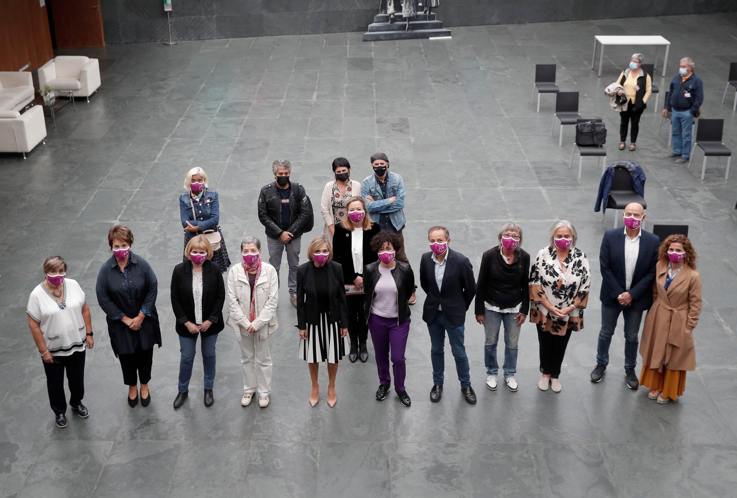 Fotografía de familia de los asistentes al acto en el Atrio del Parlamento de Navarra