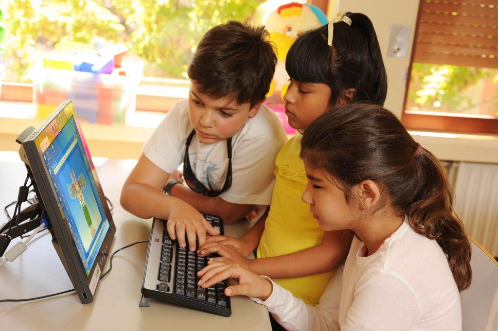 Niños invidentes en clase con un ordenador - juego interactivo.