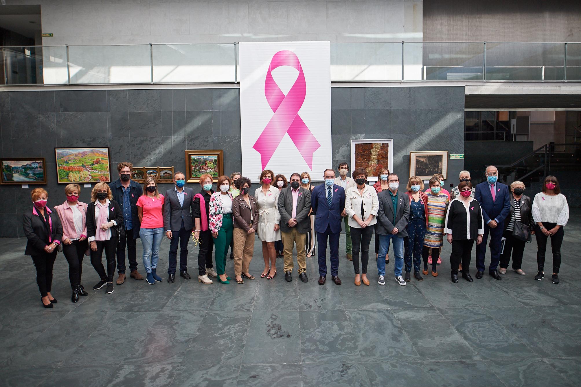 Foto de familia de los asistentes al acto en el atrio del Parlamento